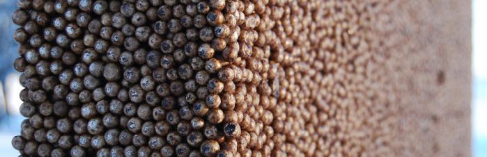 Produkter i Isodren systemet - Bilde: Isodren platen, brun plate bestående av små kuler i profil