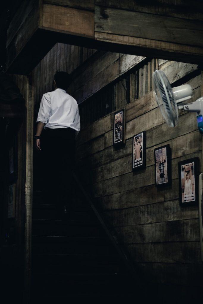 fuktskader i kjellere - mann som opp trappen fra kjelleren