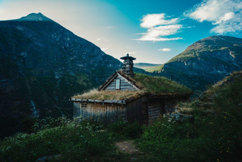 Idyllisk norsk hytte med torvtak